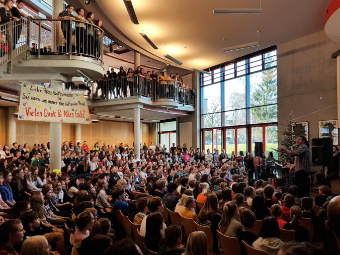 Bild der Aula mit versammelten Schülern zum Weihnachtsingen